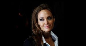 Angelina Jolie Pitt đã chọn phẫu thuật, liệu còn lựa chọn khác?